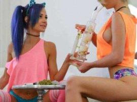 девушки курят марихуану