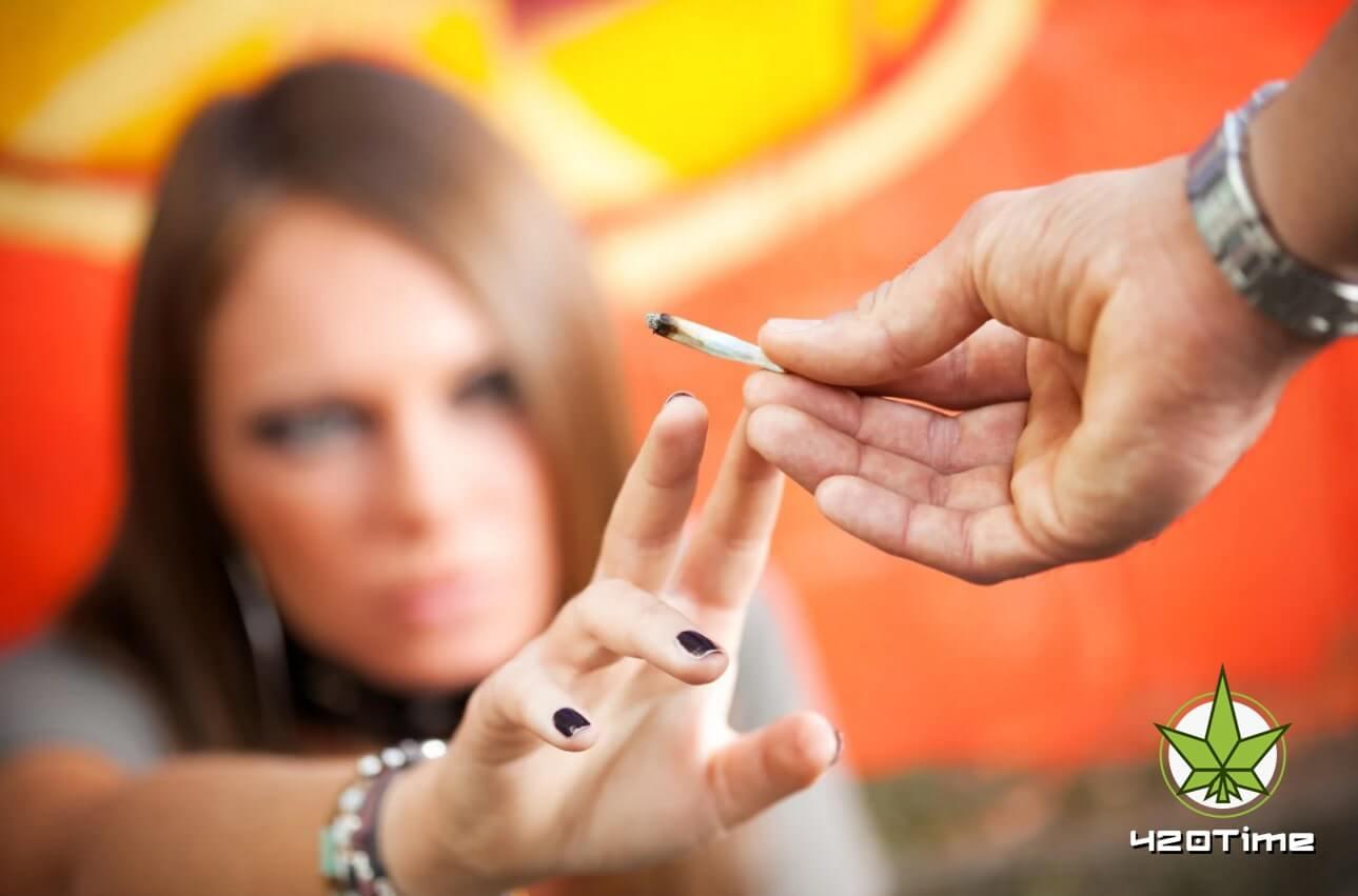Работающие подростки чаще курят травку