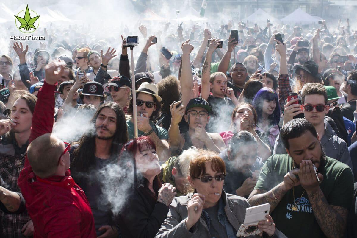 Психоделический эффект от курения конопли лучше, если курить в группе единомышленников